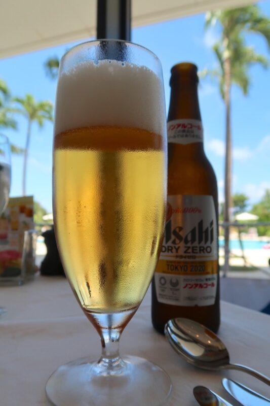 糸満「サザンビーチホテル&リゾート沖縄」サザンテラスでいただくノンアルコールのアサヒゼロ(550円)