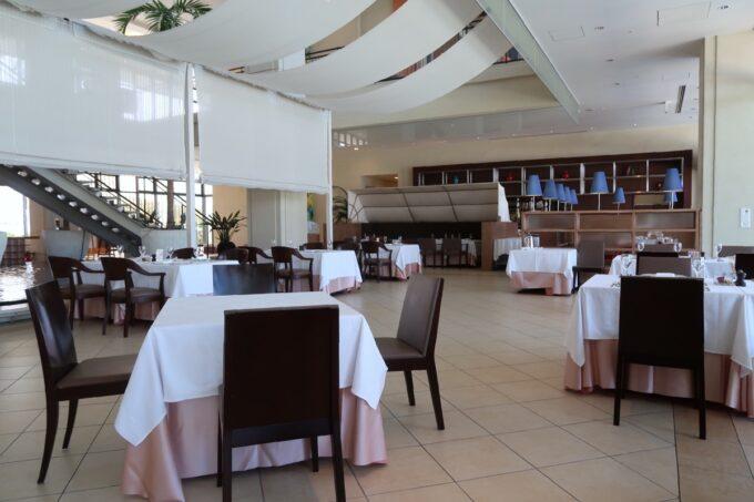 糸満「サザンビーチホテル&リゾート沖縄」1階レストラン、サザンテラスの店内