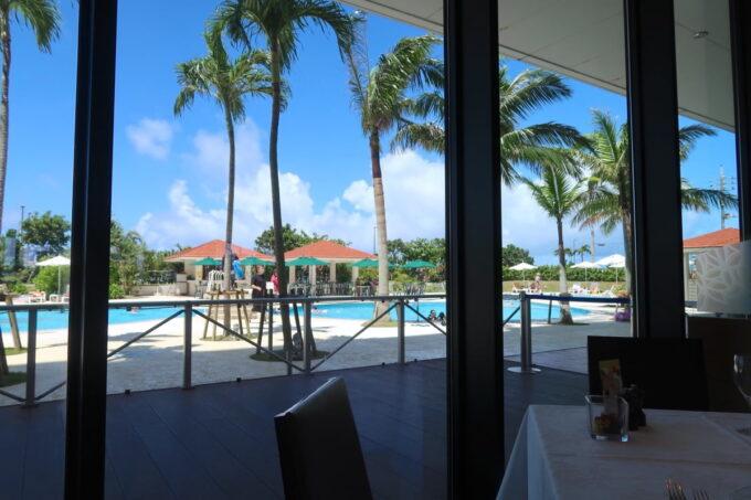 糸満「サザンビーチホテル&リゾート沖縄」1階レストラン、サザンテラスからプールサイドの眺め