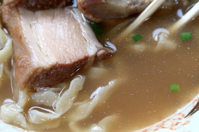 名護市許田「守良屋(すろーやー)」守良屋そば(750円)のスープ