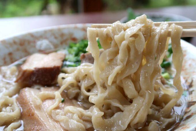 名護市許田「守良屋(すろーやー)」守良屋そば(750円)の平打ち縮れ麺