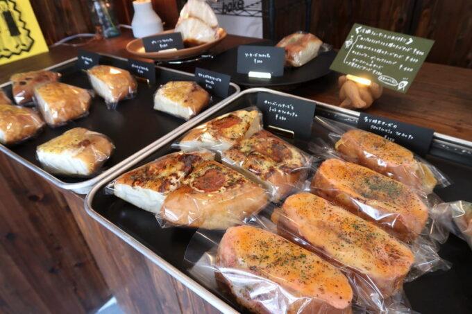 宜野湾「TAROTOMARU BAKERS.(タロトマルベイカーズ)」に陳列されたフォカッチャの惣菜パン