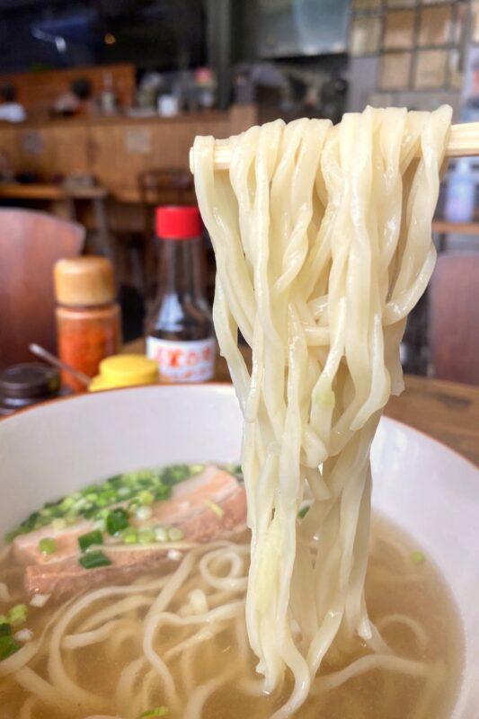 那覇・天久「麺処 てぃあんだー」麺は太麺(平打ち麺)と細麺(宮古八重山の丸麺)が選べる