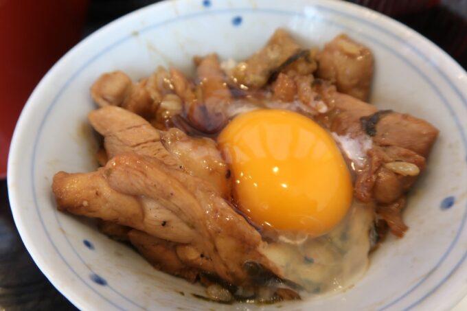 那覇市泉崎「串焼き鷄冠木」3杯目の鷄まぶしは生卵と一緒にいただく