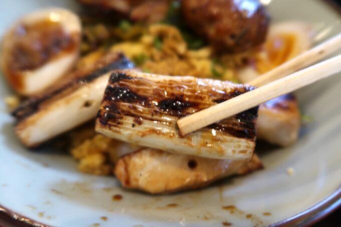 那覇市泉崎「串焼き鷄冠木」焼鳥三色丼は炭火であぶっているので焦げ目も香ばしくおいしい