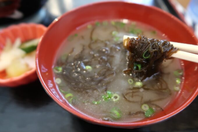 那覇市泉崎「串焼き鷄冠木」この日のスープにはもずくがいっぱい!