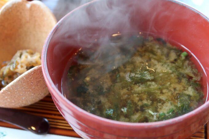 カヌチャリゾート「和食レストラン 神着(かぬちゃ)」和御膳のアーサー入り味噌汁