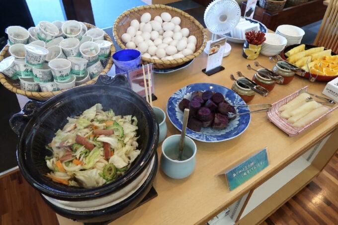 カヌチャリゾート「和食レストラン 神着(かぬちゃ)」和御膳の野菜炒め、生卵、昆布の佃煮など