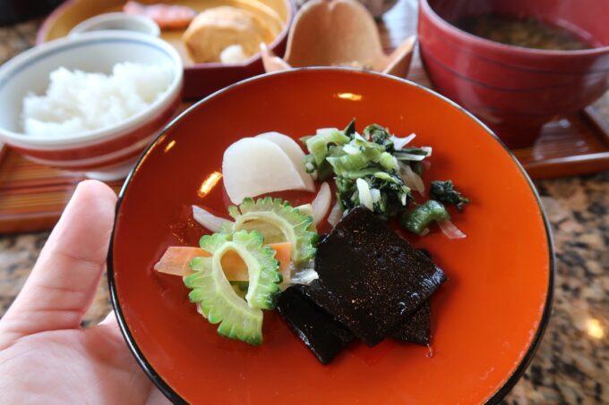 カヌチャリゾート「和食レストラン 神着(かぬちゃ)」和御膳に加えてお漬物や昆布の佃煮をいただく