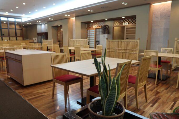 カヌチャリゾート「和食レストラン 神着(かぬちゃ)」の店内