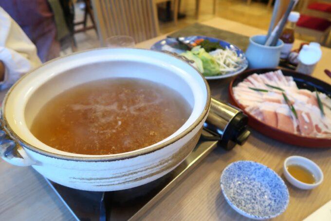 カヌチャリゾート「和食レストラン 神着(かぬちゃ)」やんばる島豚あぐーと野菜しゃぶしゃぶ