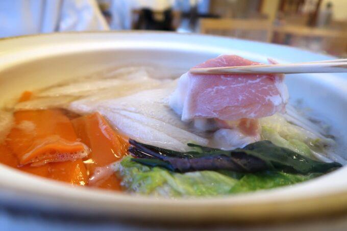 カヌチャリゾート「和食レストラン 神着(かぬちゃ)」お鍋の野菜に火が通ったらお肉を入れる