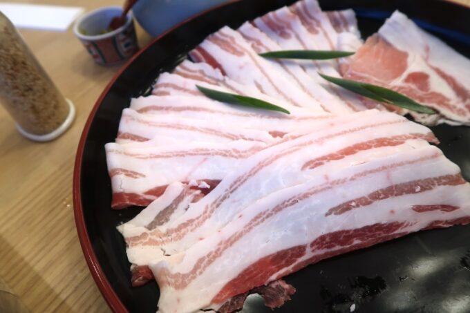 カヌチャリゾート「和食レストラン 神着(かぬちゃ)」の豚バラ肉