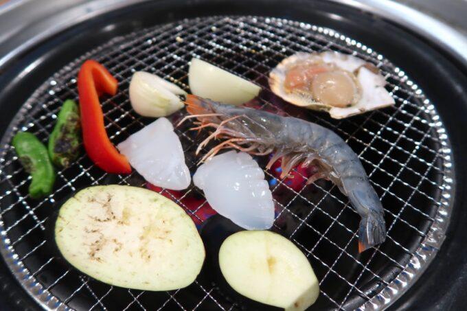 カヌチャリゾート「バーベキューテラス クーワクーワ」海鮮と焼き野菜を炙る