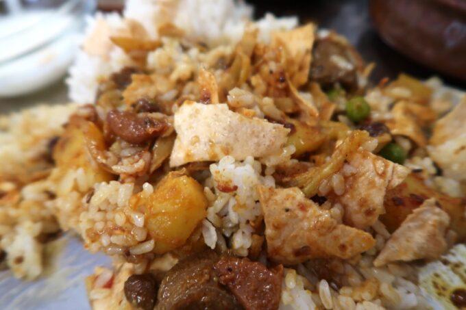 那覇市久米「ポロバシカレーハウス&スパイスセンター」カレーもごはんも副菜も混ぜ合わせる