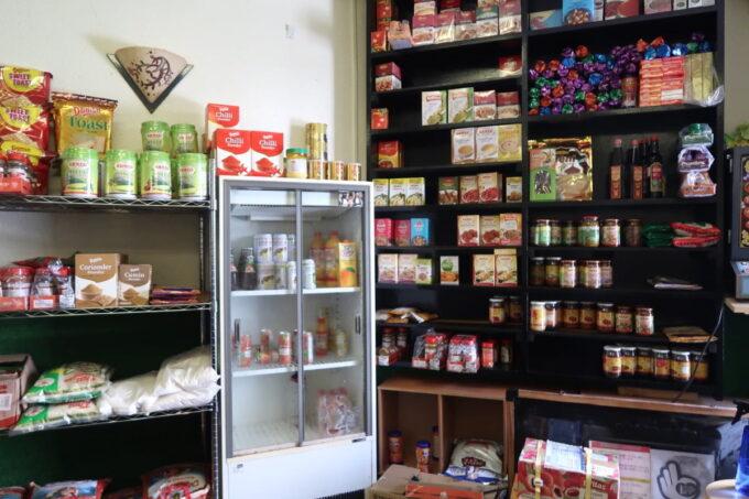 那覇市久米「ポロバシカレーハウス&スパイスセンター」店内にはスパイスやスナック類が販売されている