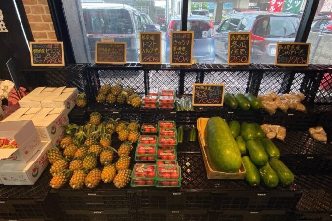 那覇市具志「旬果屋フルーツスタンド」野菜やフルーツも販売されている