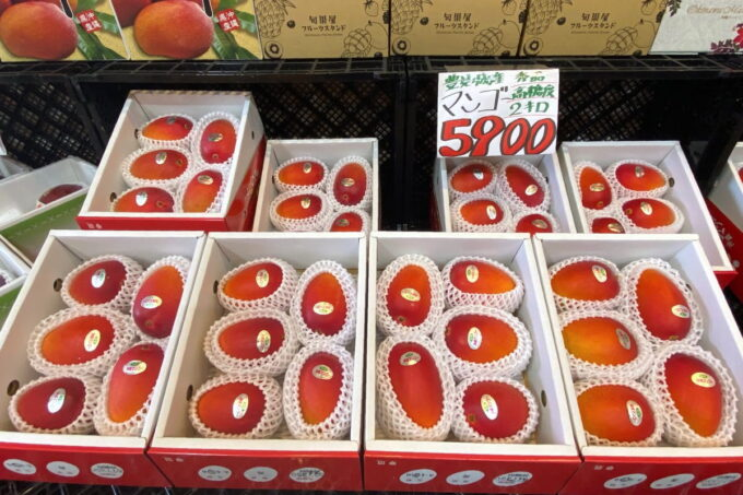 那覇市具志「旬果屋フルーツスタンド」シーズンになると沖縄県産マンゴーがお得に販売されている