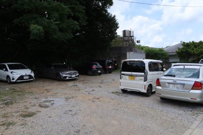 本部町「山原そば」の駐車場