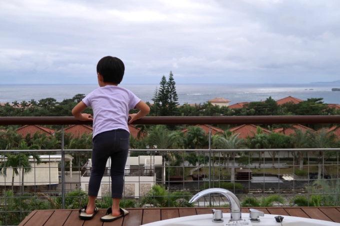 沖縄の老舗「カヌチャリゾート」ノースウィングのジュニアスイートのバルコニーから眺める