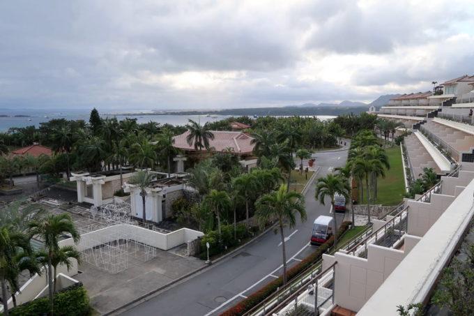沖縄の老舗「カヌチャリゾート」ノースウィングのジュニアスイートからの眺め