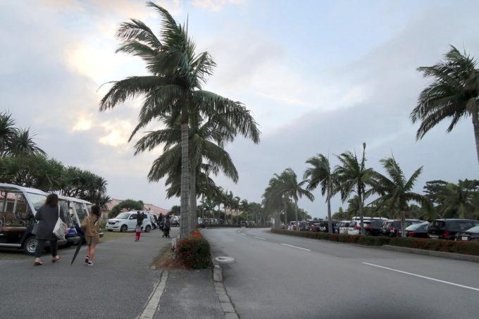 沖縄の老舗「カヌチャリゾート」の広大な敷地を車で移動する