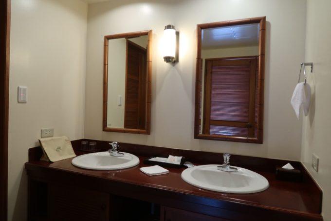 沖縄の老舗「カヌチャリゾート」ノースウィングのジュニアスイートの洗面台は2つあった