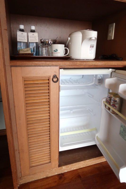 沖縄の老舗「カヌチャリゾート」ノースウィング ジュニアスイートの冷蔵庫とサービスのお水など