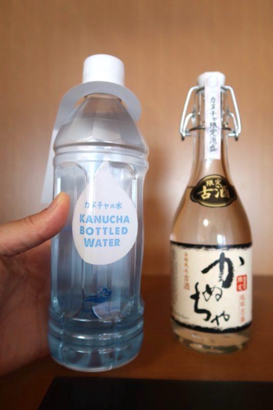沖縄の老舗「カヌチャリゾート」ノースウィング ジュニアスイートにあった有料の泡盛と無料のお水