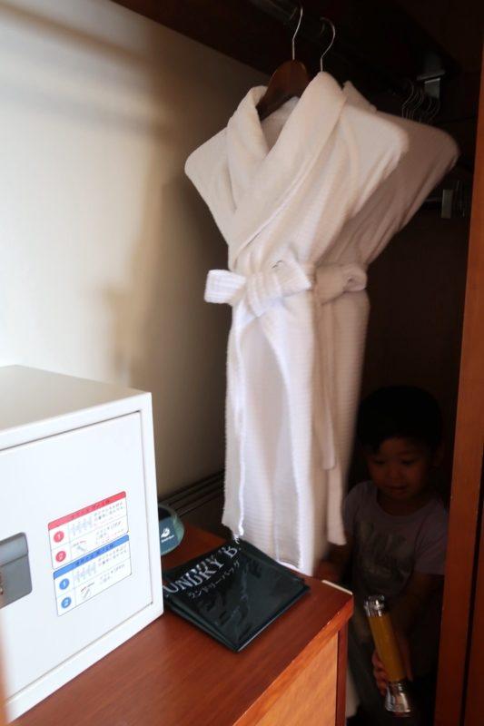 沖縄の老舗「カヌチャリゾート」ノースウィング ジュニアスイートの室内着(バスローブ)