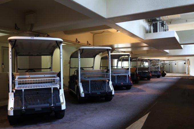 沖縄の老舗「カヌチャリゾート」ノースウィングにはカートが横付けされていた