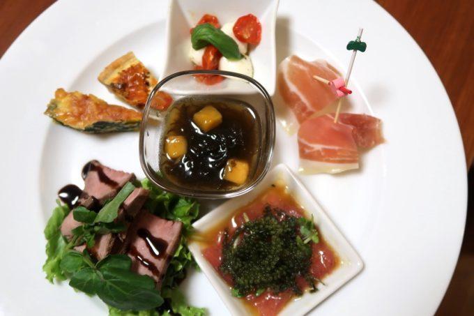 沖縄の老舗「カヌチャリゾート」のルームサービス、前菜盛り合わせ(2800円)