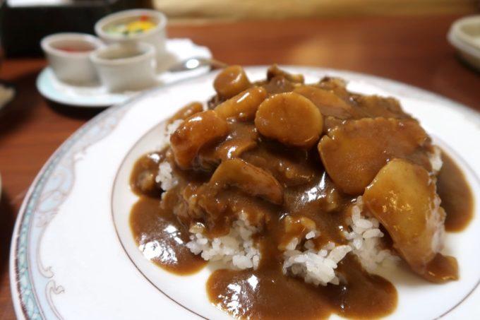 沖縄の老舗「カヌチャリゾート」のルームサービス、欧風シーフードカレーやんばる野菜添え(2000円)はおいしかった
