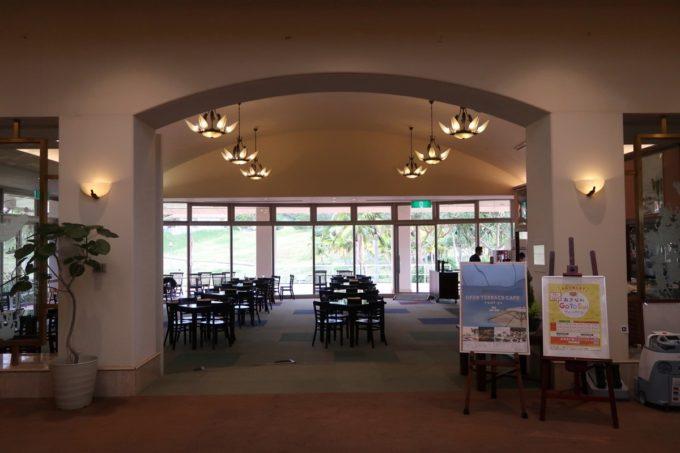 沖縄の老舗「カヌチャリゾート」のクラブハウスにあるカジュアルダイニング パラディ