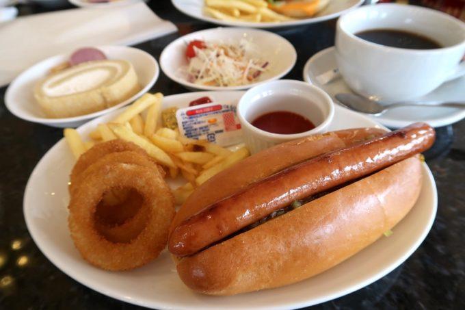 沖縄の老舗「カヌチャリゾート」カジュアルダイニング パラディで食べた朝食のカレードッグ