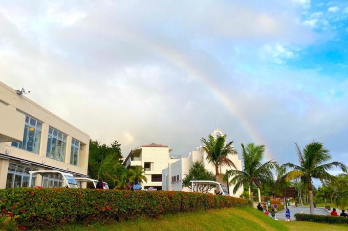 沖縄の老舗「カヌチャリゾート」虹がかかった街並み