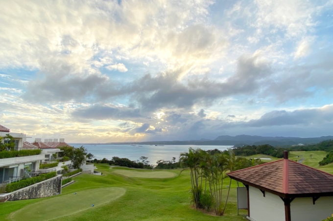 沖縄の老舗「カヌチャリゾート」雲の間から見えた青空と海