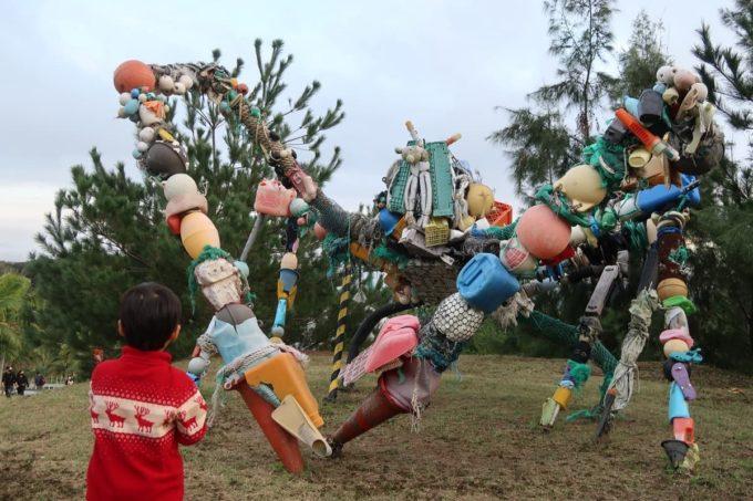 沖縄の老舗「カヌチャリゾート」廃材などでできた大きなカニのアート