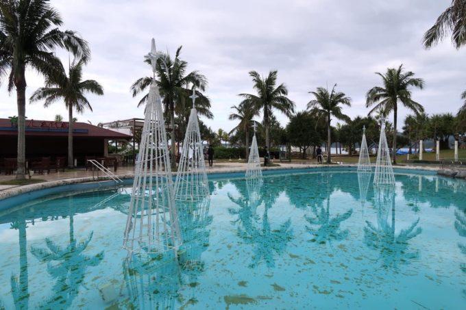 沖縄の老舗「カヌチャリゾート」冬のビーチサイドプール