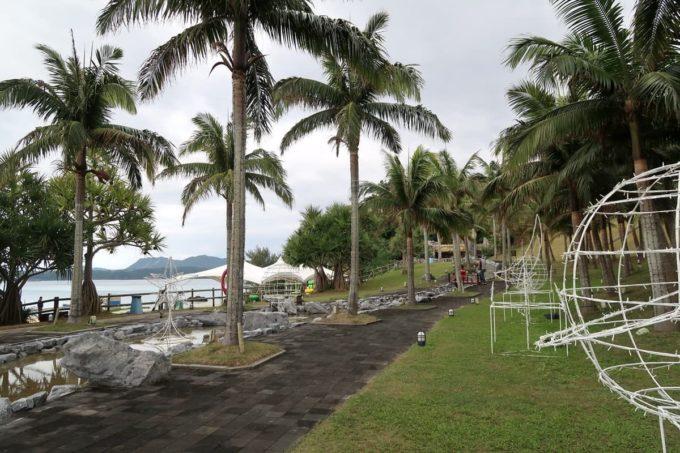 沖縄の老舗「カヌチャリゾート」ヤシの木に囲まれたせせらぎ・ハンモックガーデン