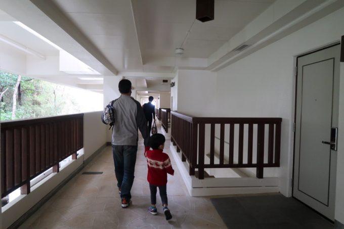 沖縄の老舗「カヌチャリゾート」ノースウィング棟の廊下