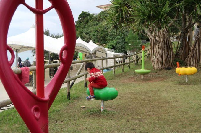 沖縄の老舗「カヌチャリゾート」ビーチサイドに遊具があった